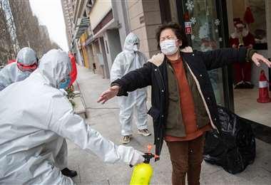 Los gobiernos de casi todos los países intensifican controles para evitar que el virus ingrese a sus territorios. Foto: AFP