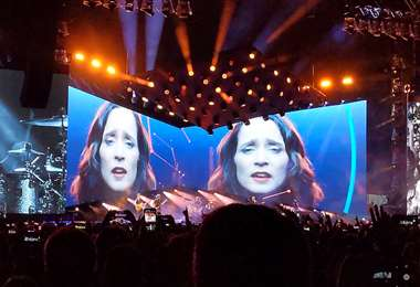 En la parte central del escenario hay una pantalla gigante que reproduce videos de algunos artistas invitados al homenaje a Cerati