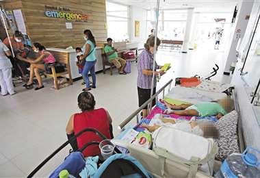 Dos bebés comparten una cuna, en el pasillo. La mayoría de los niños tiene dengue. Foto: Jorge Gutiérrez