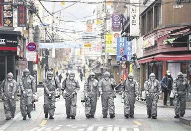 En Corea del Sur, a diario los soldados del Ejército desinfectan las calles de las principales ciudades para proteger a sus habitantes del virus. Foto: AFP