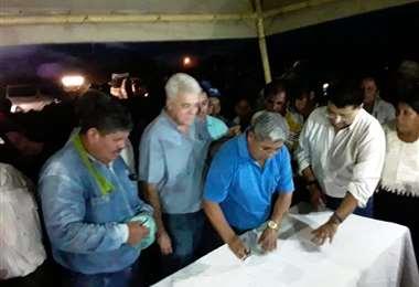 Los dirigentes y autoridades firmaron un acuerdo para revisar la petición.