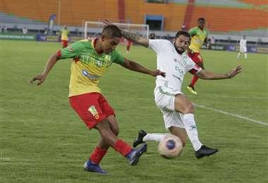 El partido entre el equipo valluno y el refinero se juega en el Félix Capriles. Foto. APG Noticias