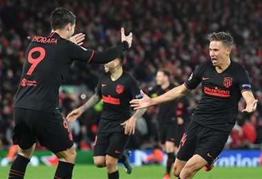 Morata (9) y Llorente fueron los artífices de la remontada del Atlético de Madrid ante el equipo inglés. Foto. AFP