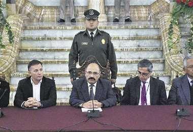 El ministro de Salud, junto a otras autoridades de Gobierno, informa sobre los casos positivos. Foto: APG NOTICIAS