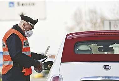 En Milán, la Policía controla que quienes circulan tengan autorización. Foto: AFP