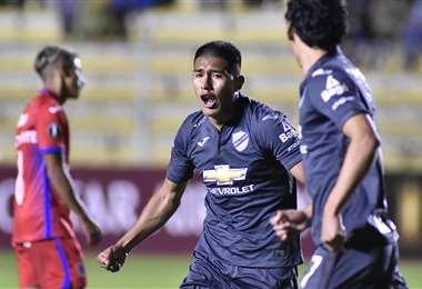 Erwin Saavedra, celebra su gol marcado ante Tigre, de Argentina en La Paz. Foto. APG Noticias