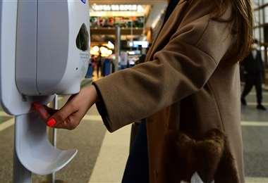 El uso de alcohol en gel ayuda a prevenir el contagio del nuevo virus. Foto: AFP