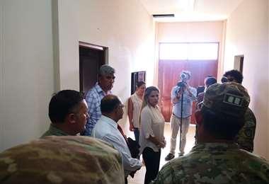 La presidenta Áñez inspeccionó las instalaciones de la escuela milita Héroes de Ñancahuazú en Warnes, donde funcionará un centro de atención para pacientes con coronavirus. Foto: Ministerio de la Presidencia