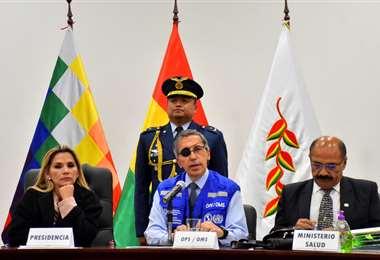 La presidenta junto al encargado de la OMS y al ministro de Salud I Foto: APG Noticias.