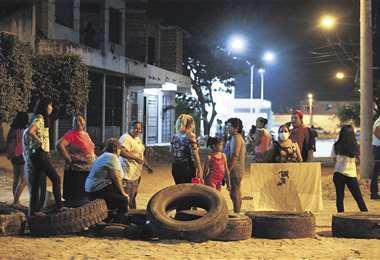 Anoche, en las afueras del hospital del D-10, instalaron piquetes para bloquear. Foto: FUAD LANDÍVAR