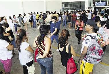 Centenares de personas esperaban en el ingreso a las farmacias.Foto: Jorge Uechi