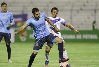 Junior Sánchez disputa el balón con Roly Sejas en el Jesús Bermúdez. Foto. APG Noticias