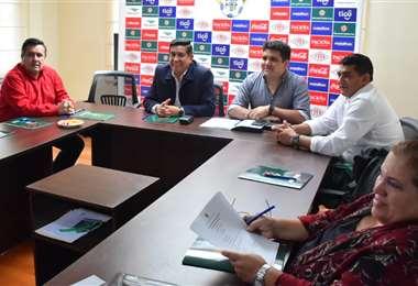 Salinas se reunió este viernes, en La Paz, con los miembros de su comité ejecutivo. Foto: APG