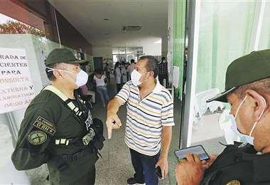 Policías dialogan con un funcionario en el hospital municipal luego del ingreso de la paciente portadora del Covid 19, que sigue peregrinando. Foto: Ricardo Montero