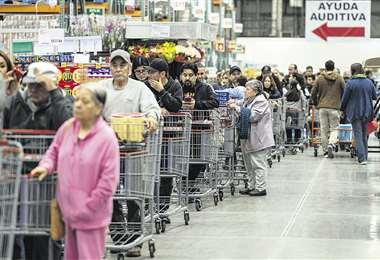 Los clientes se han volcado a los centros de abastecimiento por temor a la enfermedad. En la gráfica, un supermercado de Ciudad de México. Foto: AFP