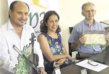 El director Rubén D. Suárez Arana, Ana Luisa Arce, presidenta de Apac, y Piotr Nawrot. Foto: JAVIER MÉNDEZ V.