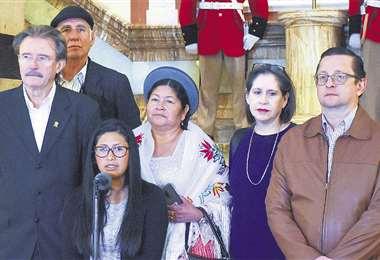 La presidenta del Senado, Eva Copa, anunció la suspensión de las sesiones. Estuvo con oficialistas