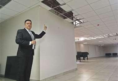 El gerente Sergio Flores muestra los daños de la infraestructura acondicionada del garaje vehicular. Foto. MIGUEL ÁNGEL MELENDRES