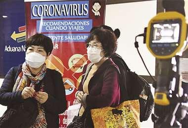 Algunos pasajeros asumen algunas medidas para evitar el contagio. El Gobierno suspendió temporalmente los viajes desde y hacia Europa. Foto: AFP