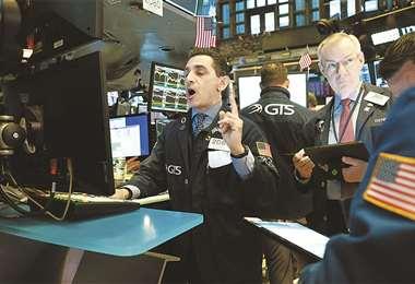 El Covid-19 provocó la caída de las acciones en las bolsas de valores, como ocurrió el 9 de marzo en el Wall Street. El peor crash desde 1987. . foto: AFP