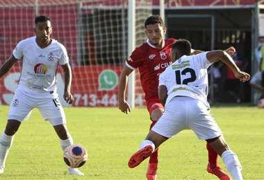 Luis Hurtado, de Guabirá, domina el balón ante la marca de dos rivales. Foto. APG Noticias