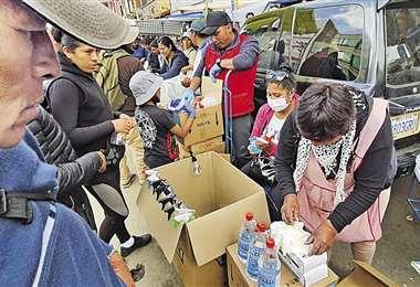 En Oruro la gente acudió a los mercados para abastecerse. Foto: APG