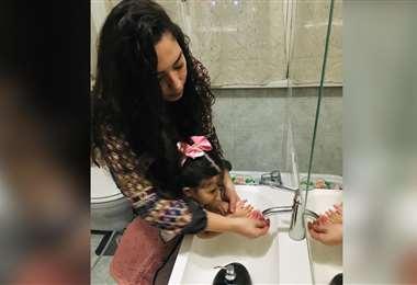 Fabiola Gutiérrez, que vive en Milán, lava las manos de su hija