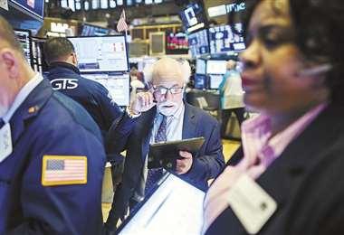 Los corredores de la bolsa de Wall Street sufren por el comportamiento descendente de las acciones. Foto: Internet