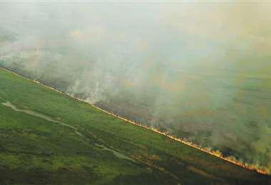 En el reconocimiento aéreo se puede advertir la línea de avance descontrolada del incendio forestal que se originó en el territorio brasileño. Foto: Jorge Uechi