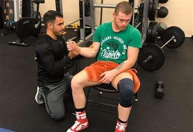 Munir toma las pulsaciones de Canelo Álvarez durante un entrenamiento. Por estos días se encuentran concentrados en San Diego, California (EEUU). Foto: Munir Somoya
