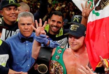 Munir festejando junto a Canelo la victoria por nocaut ante el ruso Sergey Kovalev. La pelea fue en noviembre de 2019 en el MGM Grand Garden Arena de Las Vegas, Nevada. Foto: Munir Somoya