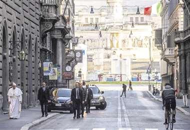 El papa recorrió a pie una parte del centro de Roma, completamente desierta. Había acudido a la basílica de Santa María La Mayor para rezar. Foto: AFP