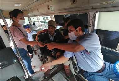 Algunos micros cuentan con alcohol en gel para los pasajeros. Foto Juan Delgadillo