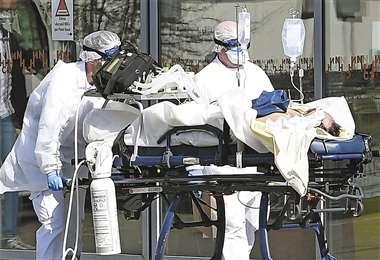 Un enfermo en Francia, donde desde hoy habrá un cierre casi total. Foto: AFP