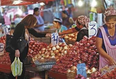 En los mercados, hasta ayer, la venta de alimentos se realiza con normalidad. Foto:  Ricardo Montero