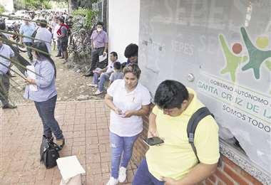 En Parques y Jardines distribuían los pases vehiculares; hubo filas. Foto: Jorge Ibáñez