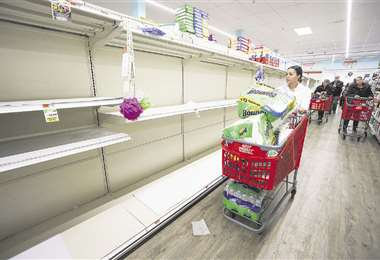 Estantes vacíos de un supermercado en la ciudad de Nueva York