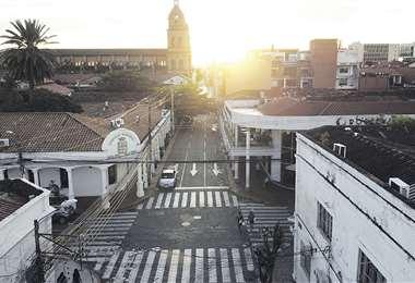 Las ciudades del país, como Santa Cruz, lucen calles desiertas y menor circulación y movimiento.. Foto: Fuad Landívar
