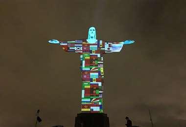 Así luce el Cristo Redentor de Río de Janeiro en homenaje a los países que sufren por la pandemia. Foto: AFP