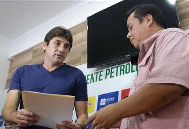 El presidente de Oriente entregó una carta de desagravio al periodista Bernardo Vaca. Fuad Landívar