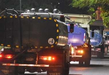 Motorizados que transportan combustible I Foto: archivo.