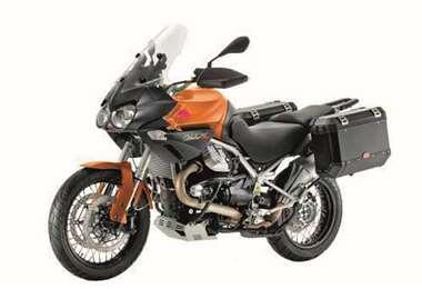 Esta moto tiene un motor de cuatro tiempos y capacidad para combustible de 32 litros