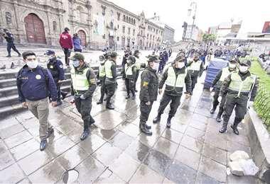 En la plaza San Francisco de La Paz, la Policía conminó a los ciudadanos a retirarse a sus casas