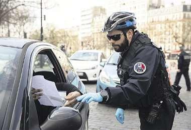 Un policía italiano controla la circulación de vehículos, cuando arrecia la enfermedad del coronavirus. Foto: AFP