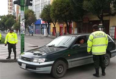 Los uniformados piden a la población cumplir con las restricciones. Foto: Miguel Melendres