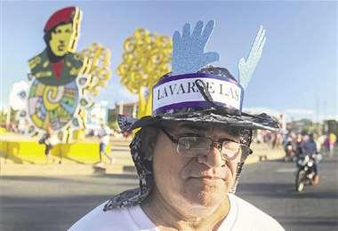 Un partidario del Gobierno de Ortega lleva un mensaje en su sombrero. Foto: AFP