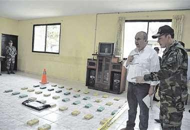 El ministro Murillo y el director nacional de la Felcn, cuando mostraron los 312 kilos incautados en Beni