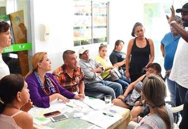 Vecinos de la Pampa de la Isla explican sus demandas a los concejales/Foto: Alcaldía cruceña