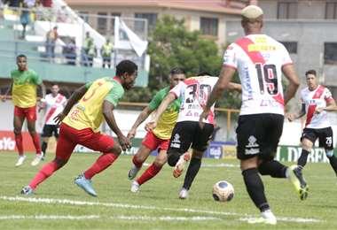 El partido entre cochabambinos y alteños se juega en el estadio Municipal de Quillacollo. Foto. APG Noticias