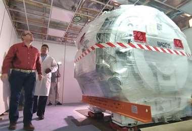 El gobernador Oliva junto al nuevo resonador magnético